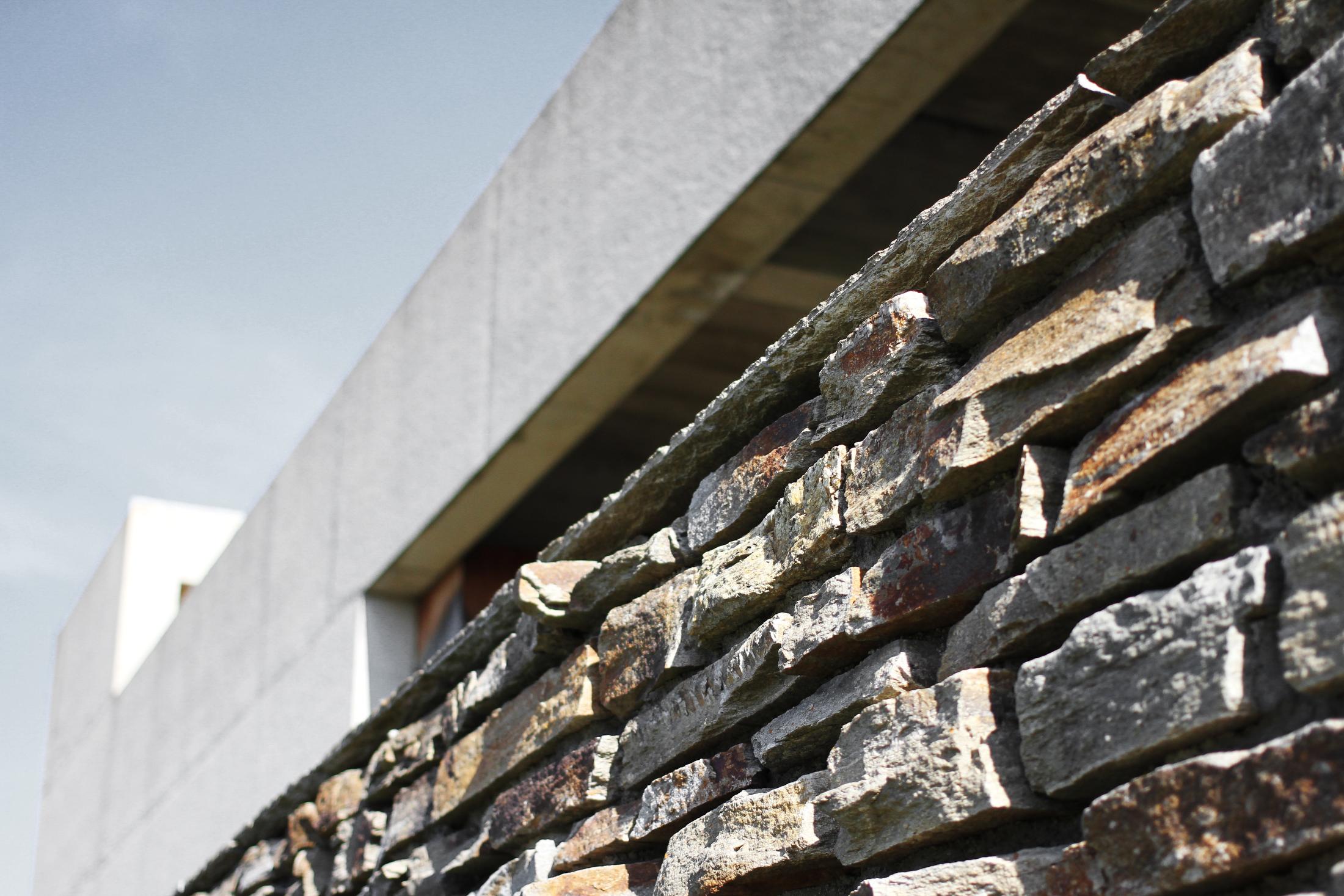 Natursteinmauerwerk versus Beton